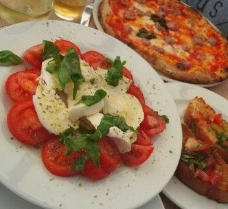 caprese_and_pizza_in_amalfi-670584-edited.jpg